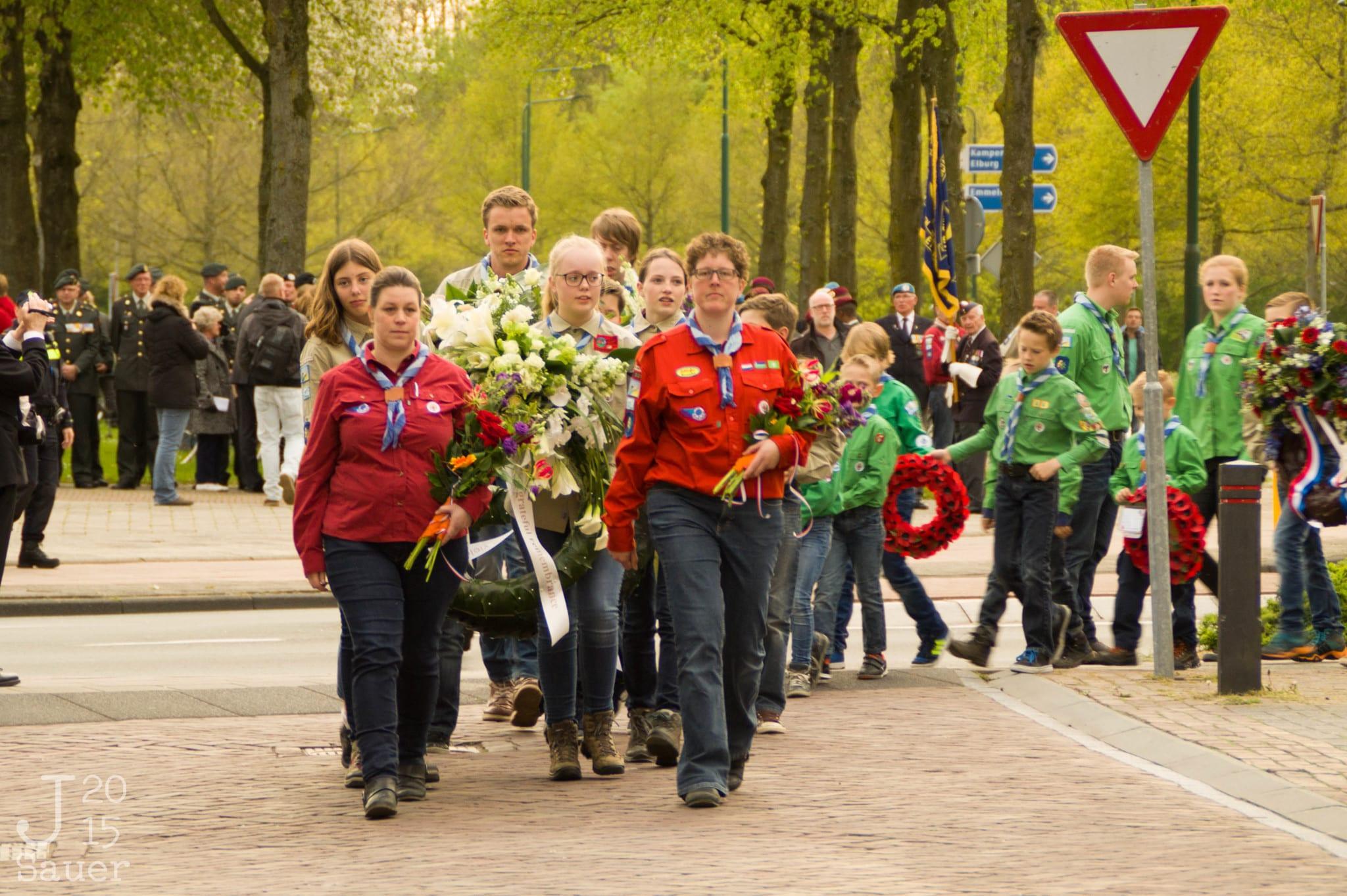 scouts als kransdragers dodenherdenking Dronten 2015