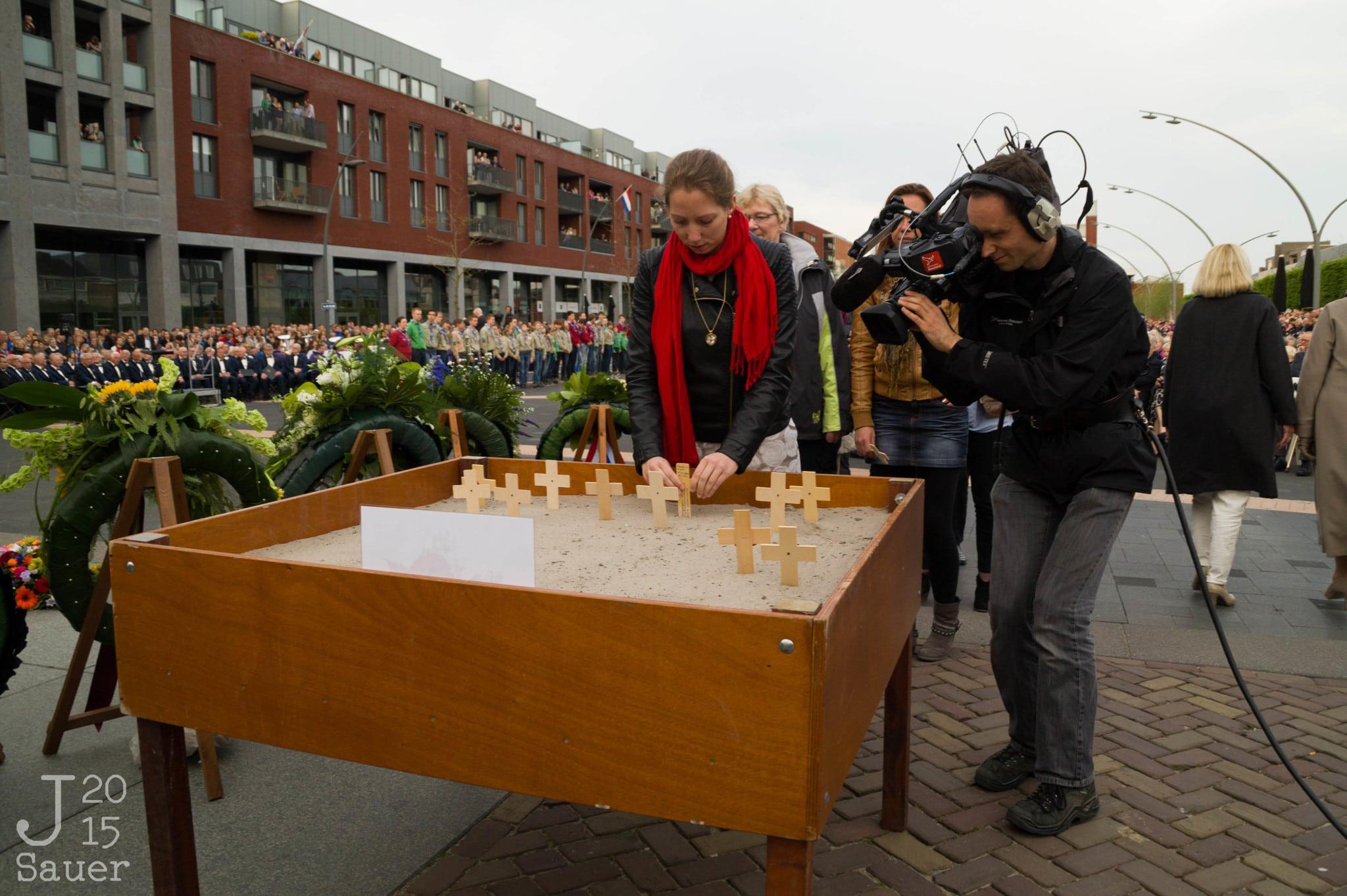 charlotte bouwman plaatst poppy dodenherdenking Dronten 2015