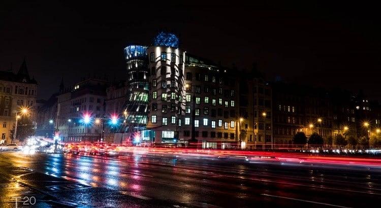 Dansende huizen Praag bij nacht