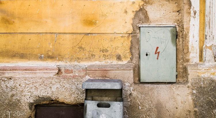 Muur met electriciteitsdoos Tsjechië